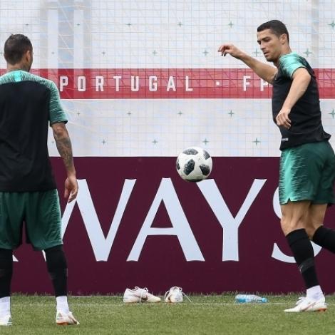 Cristiano Ronaldo og liðfelagirnir eru til reiðar til uppgerðina ímóti Marokko (Mynd: EPA)