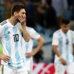 Messi og Argentina vóru fyri 3-0 ósigri fyri einum vælleikandi Kroatia-liðið. Nú verður tað tungt hjá Argentina at koma víðari (Mynd: EPA)
