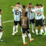 Argentina vann 2-1 á Nigeria við einum seinum málið, og eftir tógvið stríð eru Messi og co. harvið til reiðar til áttandapartsfinaluna ímóti Fraklandi (Mynd: EPA)