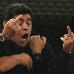 Diego Maradona undir dystinum í gjár