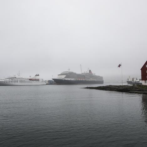Ferðamannaskipini hómast í mjørkanum