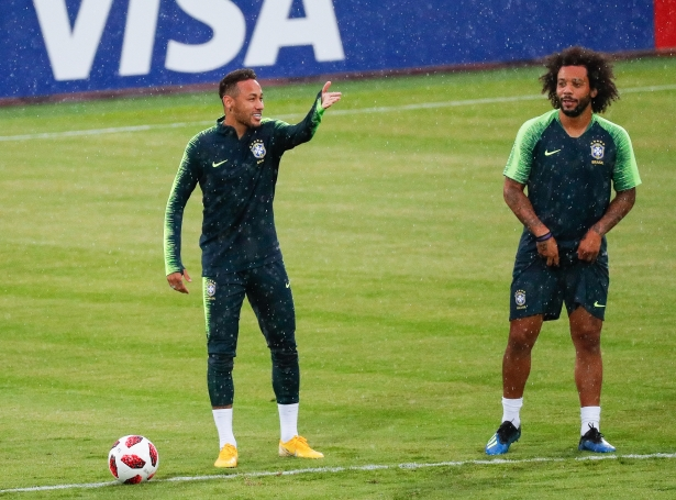 Neymar og Marcelo til venjing undan brakinum ímóti Belgia (Mynd: EPA)