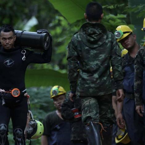 Tailand: Bjargingarátakið heldur fram í nátt