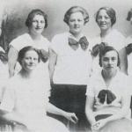 Á myndini síggja vit kvinnumanning frá 1927. Í niðurdeili, hvítari blus og stórari sloyfu. Mynd: Drekin.