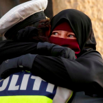 Mynd av donskum løgreglufólki og kvinnu í niqab deild kring heimin