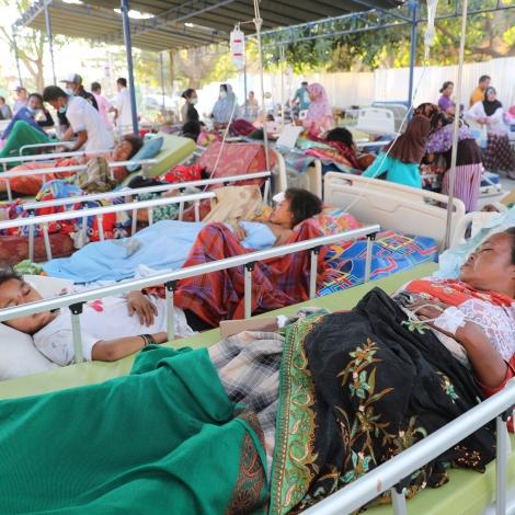 900 ferðafólk verða evakueraði av indonesiskum oyggjum
