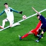 Thibaut Courtois er nú Real Madrid-leikari. Her í dysti fyri Belgia í HM, har hann var ein av teimum bestu málverjunum (Mynd: EPA)