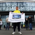 Ein Tottenham-fjeppari uttanfyri Wembley undan seinasta heimadysti í undanfarna kappingarárið. Hann og hinir Spurs-fjeppararnir noyðast at bíða eina løtu afturat (Mynd: EPA)