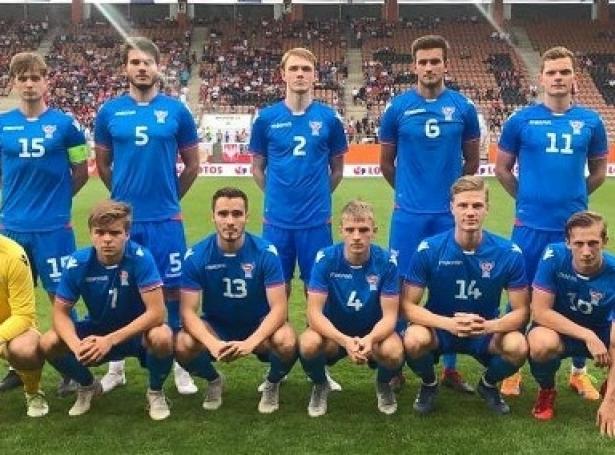 Føroyska U21-liðið, ið byrjaði á vøllinum í 1-1 javnleikinum móti Póllandi (Mynd: FSF.fo)