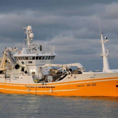 Isafold landar makrel í Fuglafirði