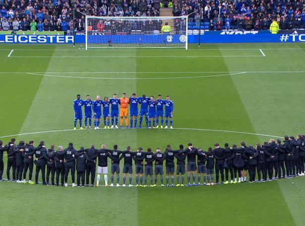 Tøgn til heiðurs og virðing fyri deyða eigaranum hja Leicester undan fyrsta bríksli í dag.  (Mynd: Sky Sports)