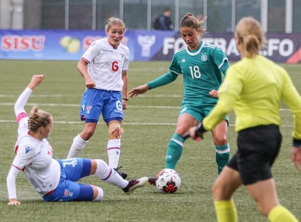 Heidi Sevdal og føroyska kvinnulandsliðið í dysti móti Týsklandi (Savnsmynd: Sverri Egholm)
