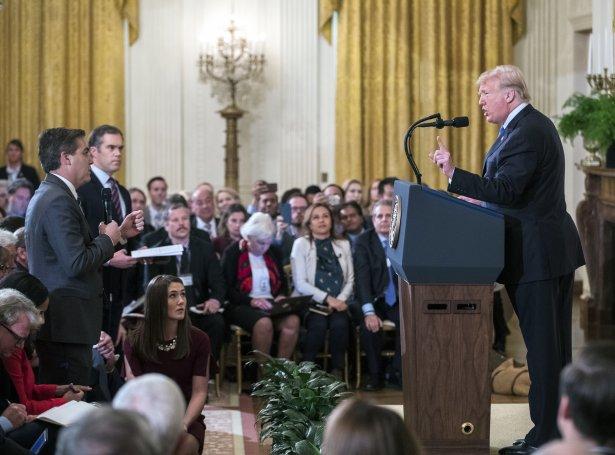 Jim Acosta (t.v.) og Donald Trump (t.h.) fór at skeldast á tíðindafundinum (Mynd: EPA)