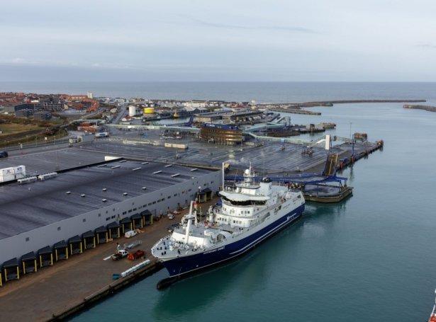 Norwegian Gannet framman fyri nýggju verksmiðjuna í Hirtshals (Mynd: Hirtshals havn)