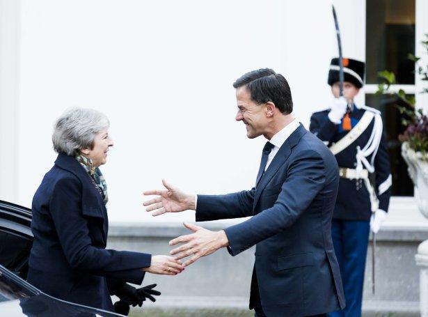 Theresa May hitti Mark Rutte í Haag á fyrsta støðginum kring Evropa í dag (Mynd: EPA)