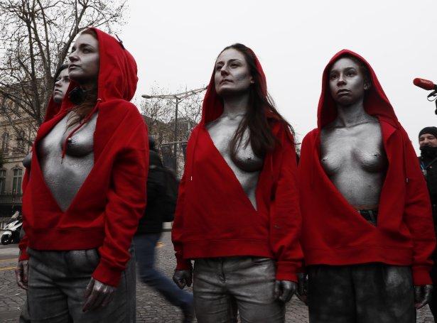 Kvinnur ílatnar sum Marianne, symbolið hjá franska tjóðveldinum (Mynd: EPA)