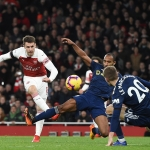 Aaron Ramsey skorar her fyri Arsenal í dysti móti Fulham 1. januar (Mynd: EPA)