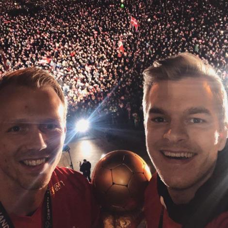 Anders Zachariassen og Jóhan á Plógv Hansen við HM-steypinum umframt fleiri túsund fegnum fjepparum (Mynd: Johanhansen10 / Instagram)