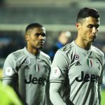 Ronaldo og Douglas Coasta á veg út av leikvøllinum í Bergamo, eftir at Juventus varð sligið út av Atalanta í fjórðingsfinaluni (Mynd: EPA)