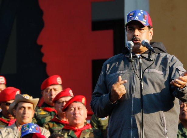 Nicolas Maduro tosar við hermenn (Mynd: EPA)