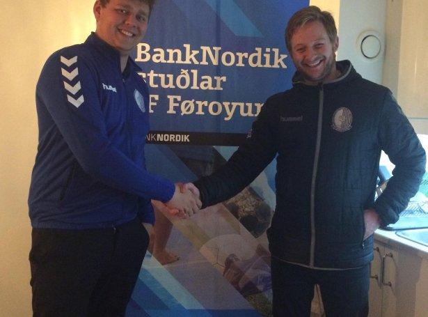 Niels Strøm Rødgaard saman við Heðini Lisberg Olsen úr nevndini (Mynd: fotboltur.dk)
