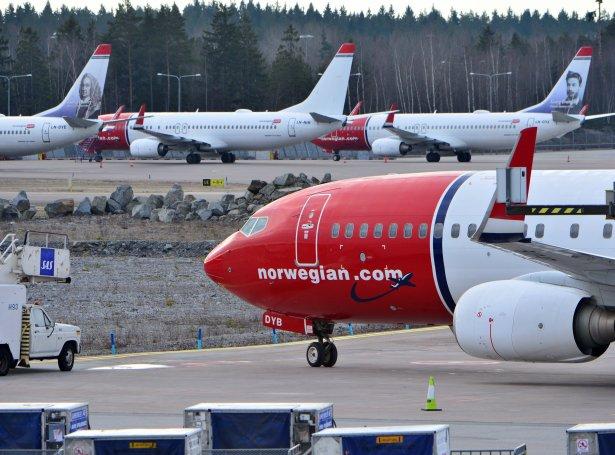 Eitt Boeing 737 MAX hjá Norwegian. Norska flogelagið er eitt av teimum, ið hevur mist nógvar pengar orsaka av flogforboðnum (Mynd: EPA)