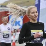 Rennarin Rebekka Fuglø er ein teirra, sum skulu royna seg, tá kappingarnar byrja á oyggjaleikunum í morgin. Myndin er frá Royal Run í Klaksvík (Savnsmynd: Jens Kr. Vang)
