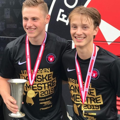 Hanus Sørensen og Lukas Giessing við DM-steypið og gullheiðursmerkjum
