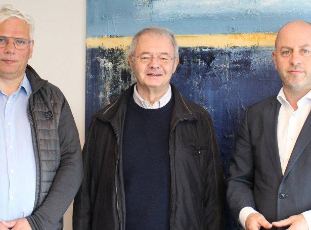 Úr vinstru: Tórhallur Thomsen, leiðari fyri shippingdeildina hjá Posta, Jógvan L. Rasmussen, fyrrverandi eigari, og Joel undir Leitinum, stjóri á Posta.