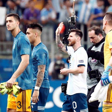 Hann skoraði ikki í kvøld, men Lionel Messi kundi fegnast eftir seinasta bríksl ímóti Katar (Mynd: EPA)