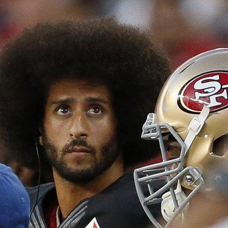 Tað var Colin Kaepernick, quarterback fyri San Francisco 49ers, sum í 2016 vakti ans, tá hann fór niður á knæ, tá amerikanski tjóðsangurin varð spældur. Hetta gjørdi hann fyri at mótmæla løgregluharðskap móti littum amerikanarum. (Savnsmynd: EPA)