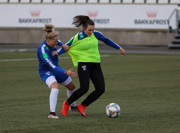 Olga Kristina Hansen, sum her dystast við høgra bakkin, Sannu Svarvadal, til venjing, byrjar inni á sentrala miðvøllinum (Mynd: FSF)