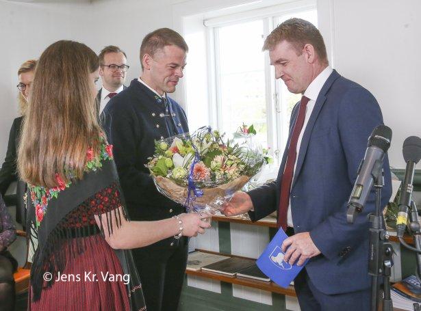 Aksel V. Johannesen handar eftirmanni sínum lyklarnar til løgmansskrivstovuna (Mynd: Jens Kr. Vang)