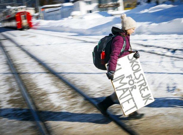 Greta Thunberg hevði roknað við at fundurin skuldi vera í Suðuramerika, men nú noyðist hon at finna sær fart aftur til Evropa (Mynd: EPA)