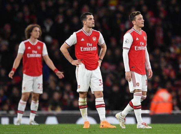 Xhaka er aftur, og eisini Özil er aftur á liðnum. Týskarin legði upp til Arsenal-málið, men hetta var ikki nóg mikið hjá Arsenal, ið er í kreppu (Mynd: EPA)