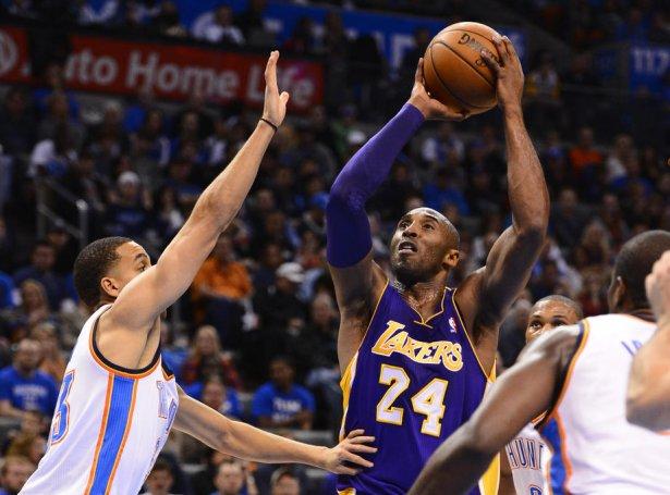 Kobe Bryant við nummar 24, ið møguliga ongantíð fer at verða brúkt aftur í NBA (Mynd: EPA)