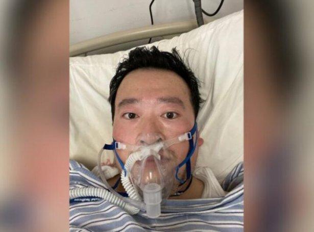 Li Wenliang liggur í sjúkrasongini, hart raktur av Coronavirusinum