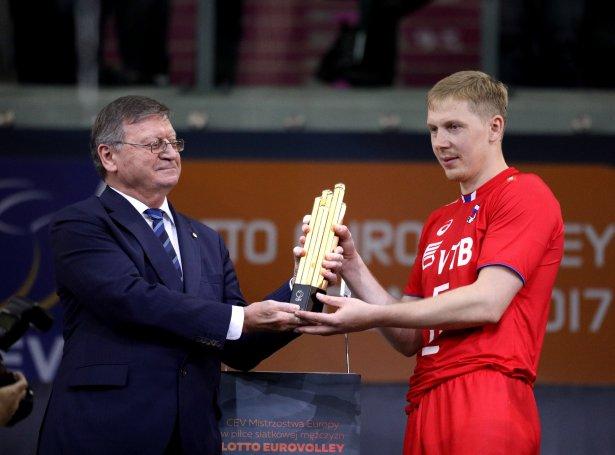 Aleksandar Boričić handar liðskiparanum steyp tá Russland vann evropameistaraheitið í Polandi í 2017 (Savnsmynd: EPA)