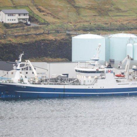 Íslendskt uppsjóvarskip landar í Fuglafirði
