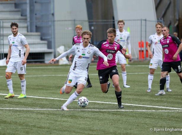 Umfarið byrjar við at glóðheiti Andrass Johansen og B36 taka ímóti TB á Tòrsvølli (Mynd: Bjarni Enghamar)