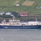 Íslendskt uppsjóvarskip landar makrel í Fuglafirði