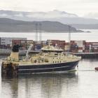 Polar Nattoraliik bar við drangan við fráferð