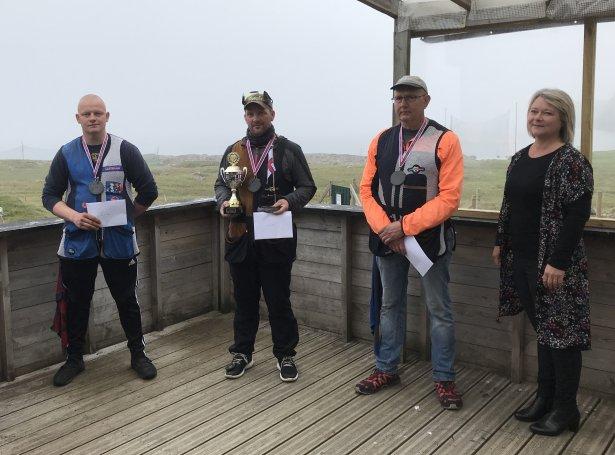 Jón Jacobsen, Alex Johannesen, og Finn Ludvig saman við Elin Heðinsdóttir Joensen, ÍSF forseta