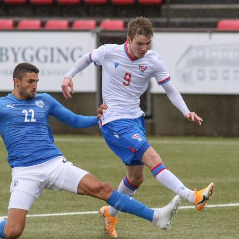 Petur Knudsen er føroyskur liðformaður og hangandi áleypari í sínum seinasta U21-landsdysti (Mynd: Sverri Egholm)