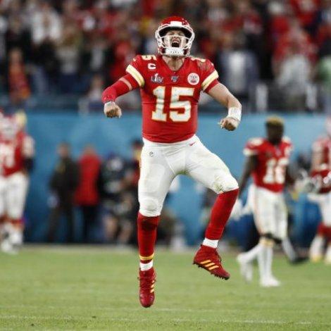 Patrik Mahomes, ið nú hevur størsta sáttmálan í NFL, stórfegnast í Super Bowl í februar (Mynd: EPA)