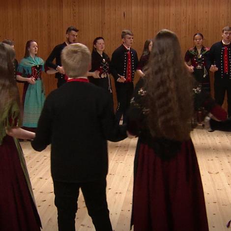 Ung fólk hittast í Dali at dansa føroyskan dans