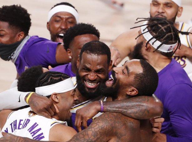 LeBron James og  hinir í Los Angeles Lakers fegnas um sigurin. (Mynd: EPA)