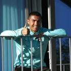 Ronaldo avmyndaður á hotellsvalanum (Mynd: EPA)
