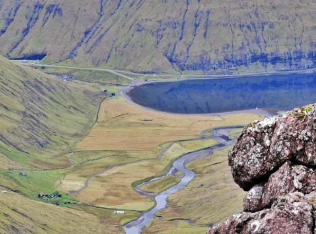 Frammi við Gjónna og Leynavatn av Koppinum