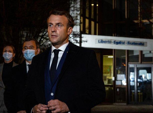 Franski forsetin, Emmanuel Macron vitjaði staðið, har drápið fór fram (Mynd: EPA)